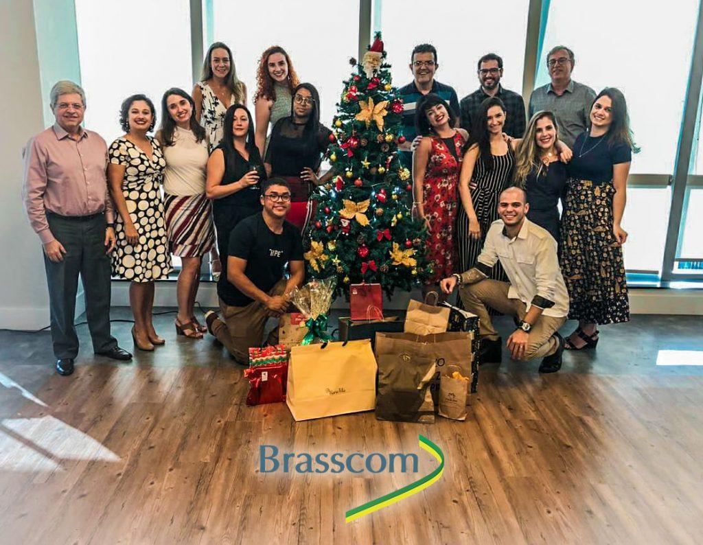Foto da Equipe Brasscom ao redor da árvore de Natal